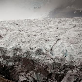 Champ de glace glaciaire dans la vallée brumeuse