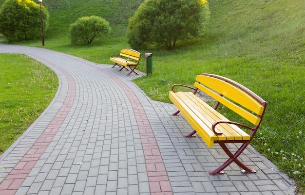 Champ d'herbe verte dans le parc de la grande ville