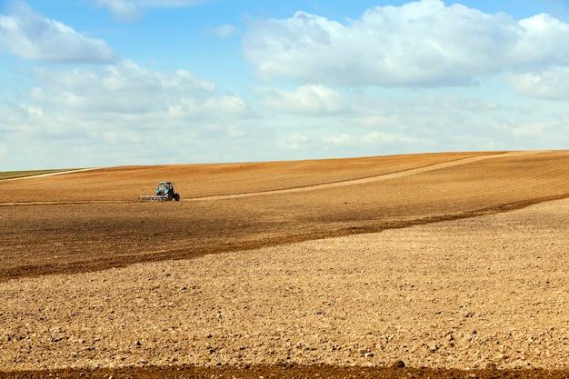 Champ de labour du tracteur