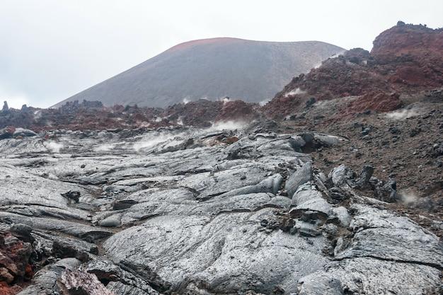 Champ de lave et volcan sur le kamchatka