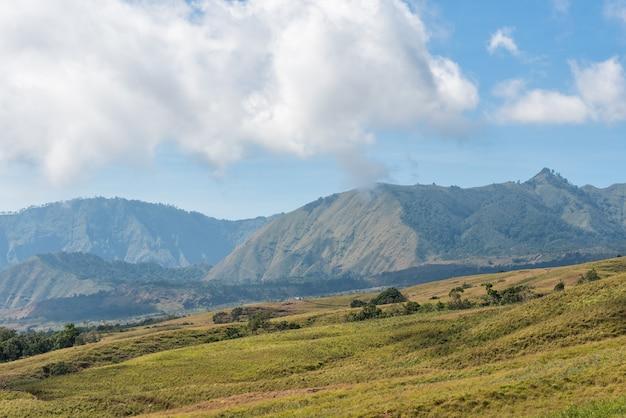 Champ de montagne et de la savane avec des nuages bas sur la colline