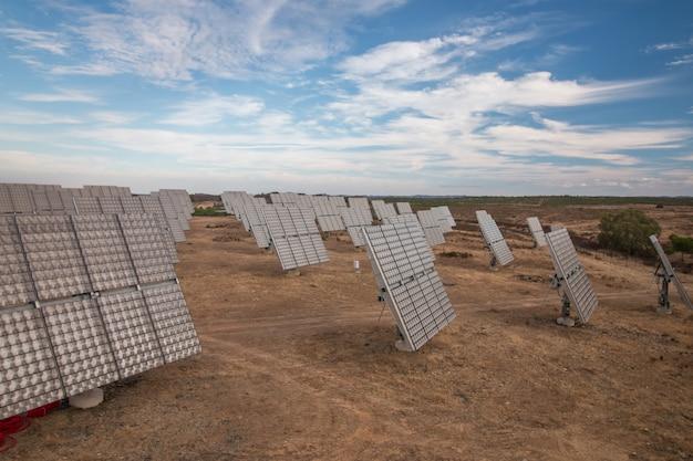 Champ de panneaux solaires photovoltaïques collectant de l'énergie.