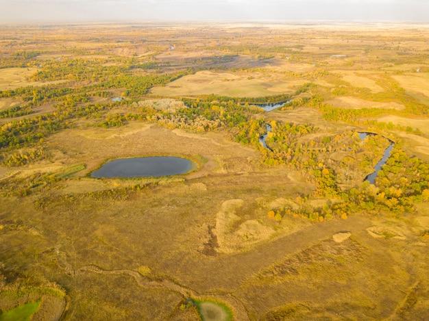 Champ de paysage d'été aérien avec panorama d'arbres et d'herbe, de lacs et de rivières