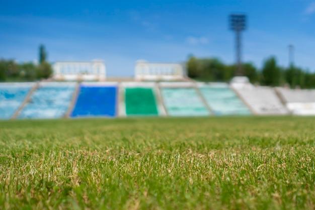 Champ de pelouse d'herbe verte sur la maquette de l'espace de copie du stade en plein air pour les conceptions de texte