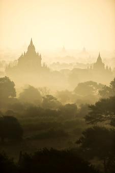 Champ de la ville antique de la pagode scène du lever du soleil à bagan, myanmar. (haute qualité d'image)