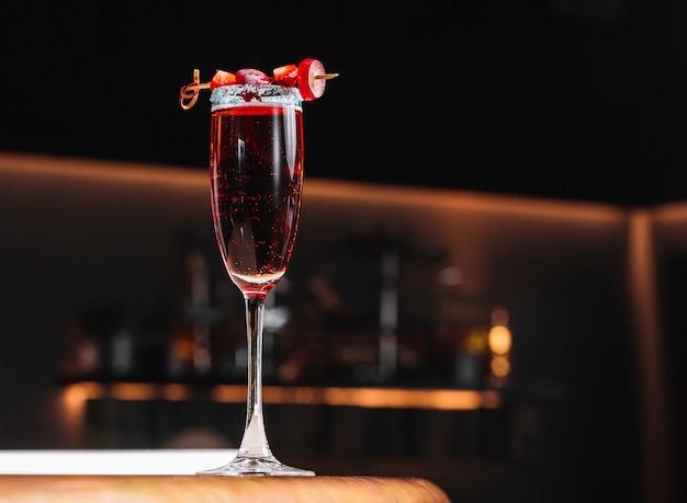 Champagne cocktail pétillant avec raisin fraise syrop actuel sur la vue de dessus