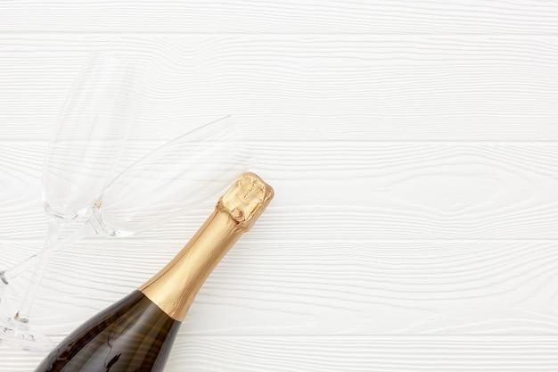 Champagne comme symbole du nouvel an sur blanc