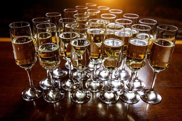Champagne dans des verres avant l'événement.