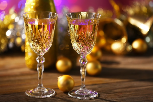 Champagne et décoration de noël sur fond clair