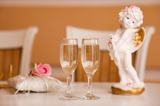 Champagne deux verres se tiennent sur la table, célébrant la naissance d'un enfant.
