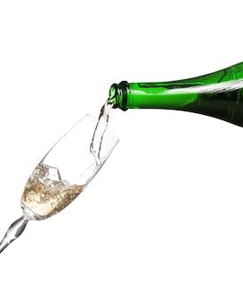 Champagne étant versé dans un verre ou une flûte