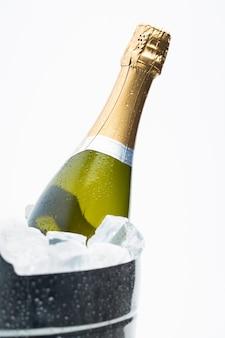Champagne de refroidissement dans un seau à glace