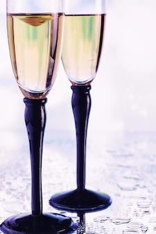 Champagne et spray dans des verres en verre boisson de célébration avec reflet