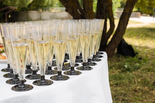 Champagne et toasts au banquet. réception festive.