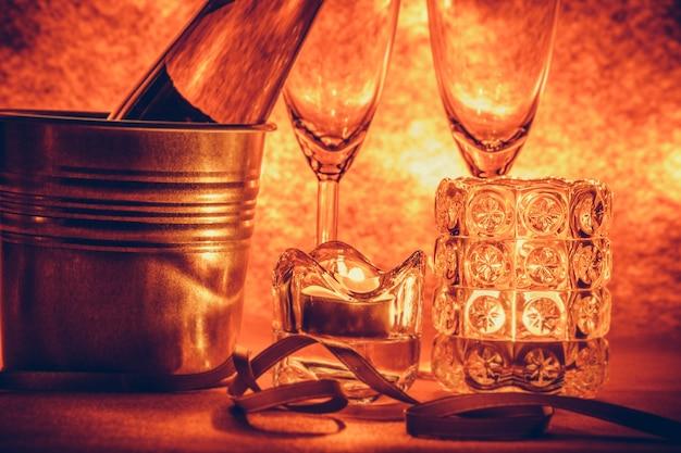 Champagne et verre frais pour la fête. chandelier à la fête de noël et du nouvel an.