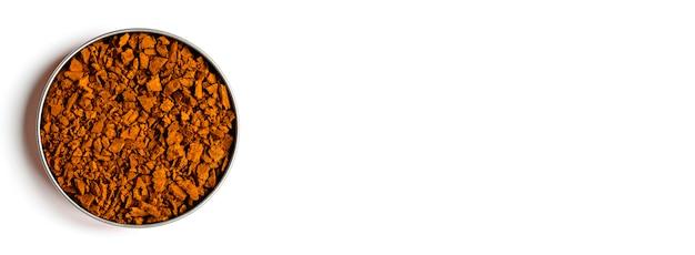 Champignon chaga. petits morceaux secs de bouleau champignon chaga dans un bol rond isolé avec ombre sur un mur blanc. concept de médecine naturelle alternative. bannière. espace pour le texte