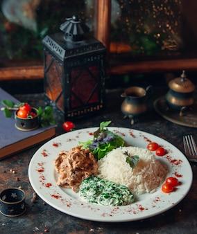Champignon crémeux au riz, salade verte fraîche et herbes fraîches au yaourt