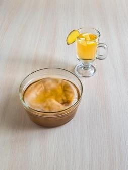 Champignon kombucha avec racine de gingembre, miel et citron.