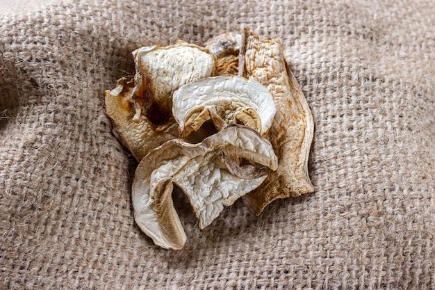 Champignon séché sur un sac. champignons de porcini séchés vue de dessus