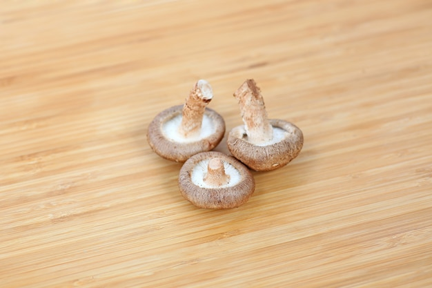 Champignon shiitake sur fond de bois