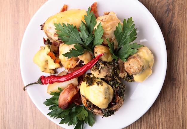 Les champignons au four avec pommes de terre et bacon