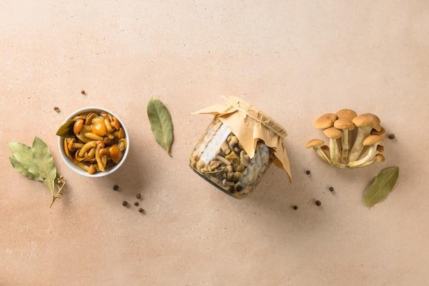 Champignons au miel marinés servis avec feuille de laurier dans un bol