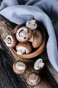 Champignons bruns sur le vieux fond en bois foncé