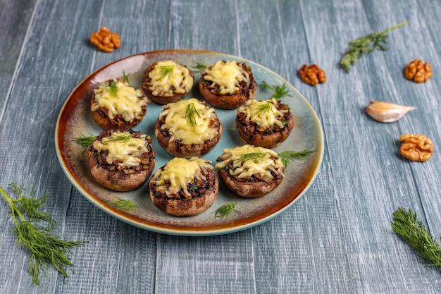 Champignons champignons farcis au four à l'aneth frais et au fromage