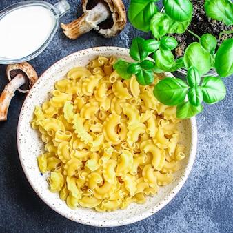 Champignons crus sauce aux pâtes et ingrédient à la crème