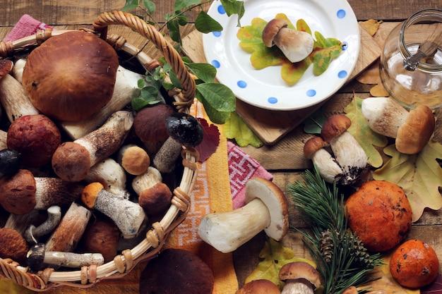 Champignons dispersés sur la table, vue de dessus. nature morte aux champignons. boletus luteus.