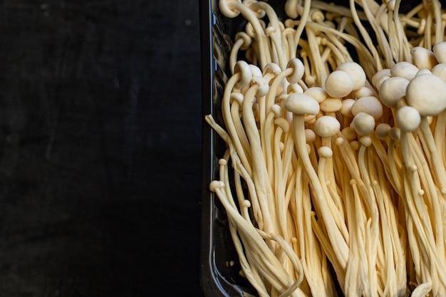 Champignons enoki enokitake flammulina velutipes comestible japonais snack cuisine ingrédient de repas