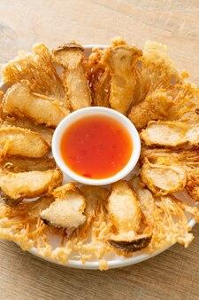 Champignons enoki frits et champignons king oyster avec trempette épicée - style végétalien
