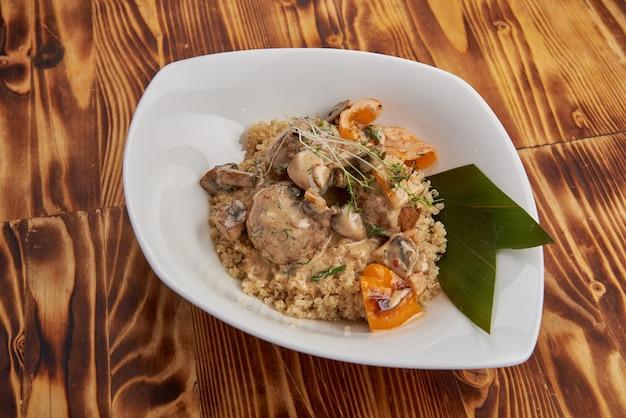 Champignons falafel de quinoa, poivrons grillés et sauce