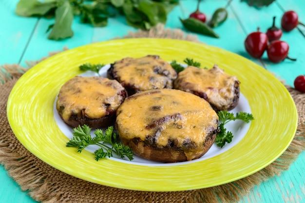 Champignons farcis au salami et fromage mozzarella.