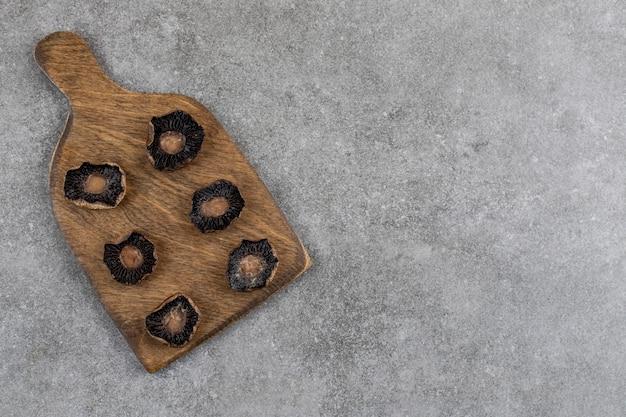 Champignons frais cuits sur planche de bois. vue de dessus.