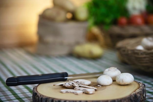 Champignons frais légume aux champignons dans la cuisine