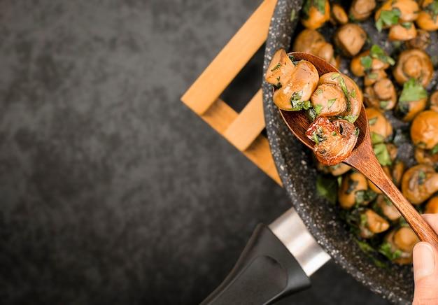 Champignons frits au persil haché