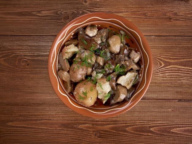 Champignons frits avec bacon et pommes de terre.nourriture dans un milieu rural