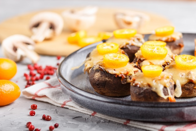 Champignons frits farcis au fromage, kumquats et petits pois. vue de côté, gros plan, macro.