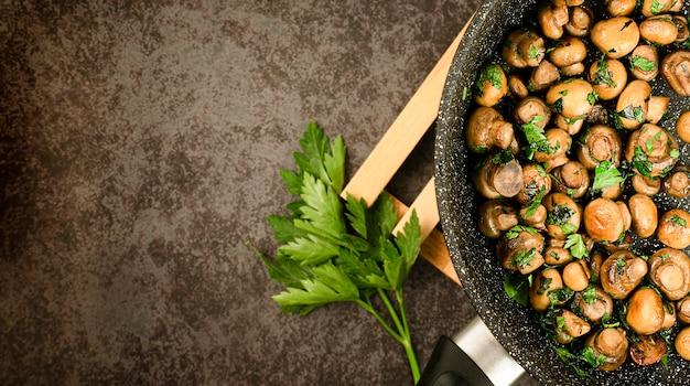 Champignons frits et feuilles de persil frais
