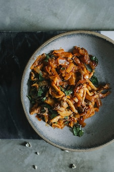 Champignons frits pour une idée de recette de photographie culinaire de quesadillas