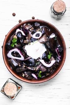 Champignons marinés dans un bol