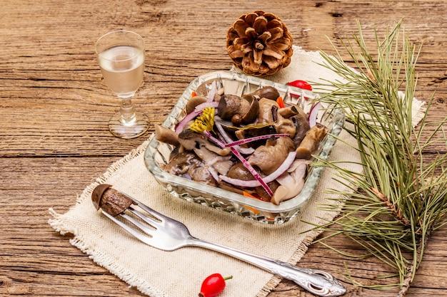Champignons marinés ou fermentés. collation de noël traditionnelle. couverts festifs du nouvel an