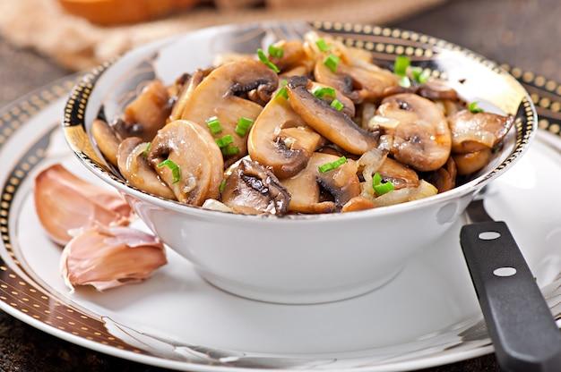 Champignons et oignons frits