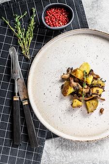 Champignons pleurotes avec pommes de terre et thym. vue de dessus