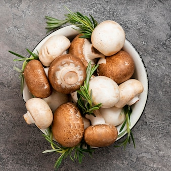 Champignons et pommes de terre dans un bol