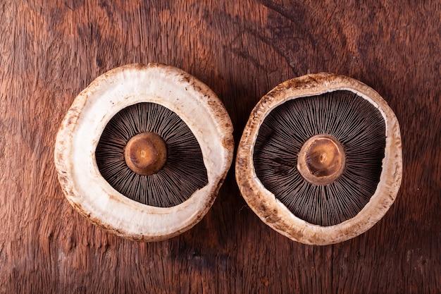 Champignons portobello sur espace bois ancien