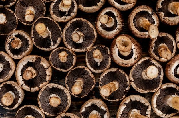 Champignons renversés sur une table en bois sombre. vue de dessus.
