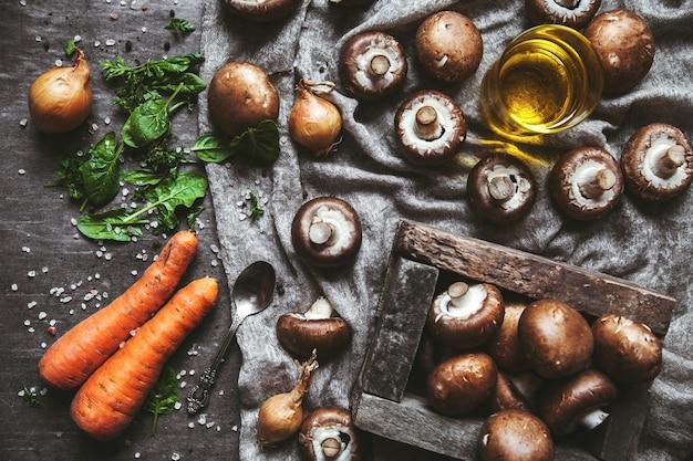 Champignons royaux sur un torchon. cuisson des plats