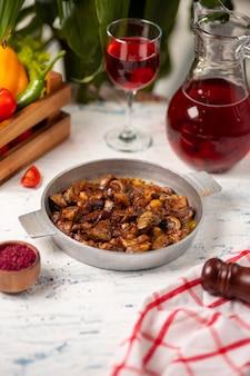 Champignons sautés frits dans une poêle en cuivre et servis avec du sumakh